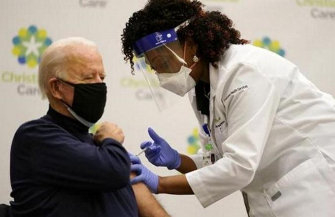 Biden si vaccina in diretta tv e lancia un appello: fatelo tutti, è sicuro!
