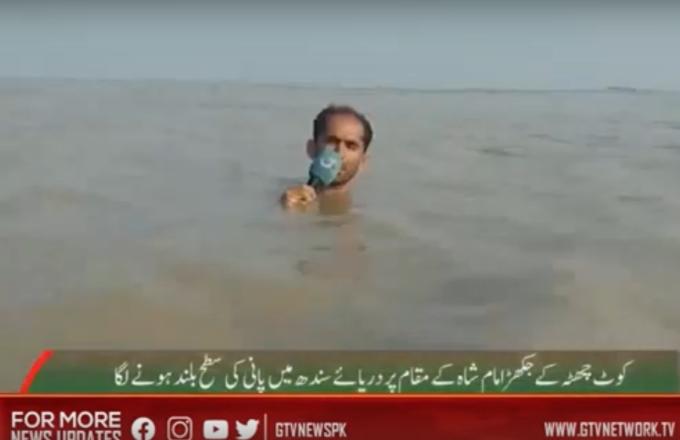 Pakistan, cronista intrepido: reportage con l'acqua alla gola