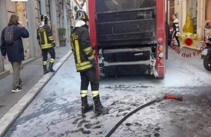 Roma: in fiamme mezzo Atac