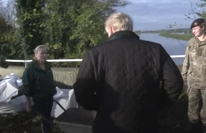 GB: Boris Johnson accolto con ostilità nelle zone alluvionate
