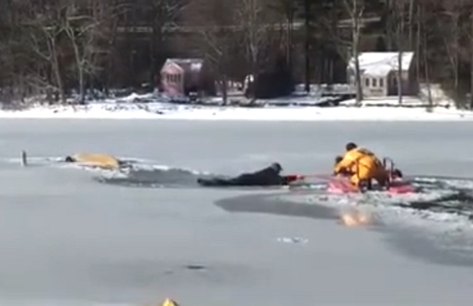 Usa: pompieri salvano un uomo e il suo cane dai ghiacci